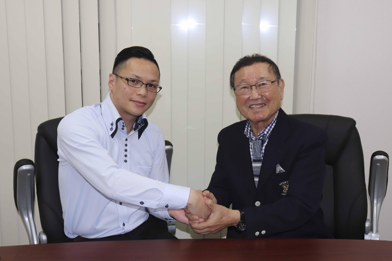 月刊MASTERS(2019年12月号)代表班目と板東英二さんの握手